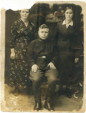 дедушка Ваня, сестра дедушки Ульяна из Небет-Дага, бабушка.png