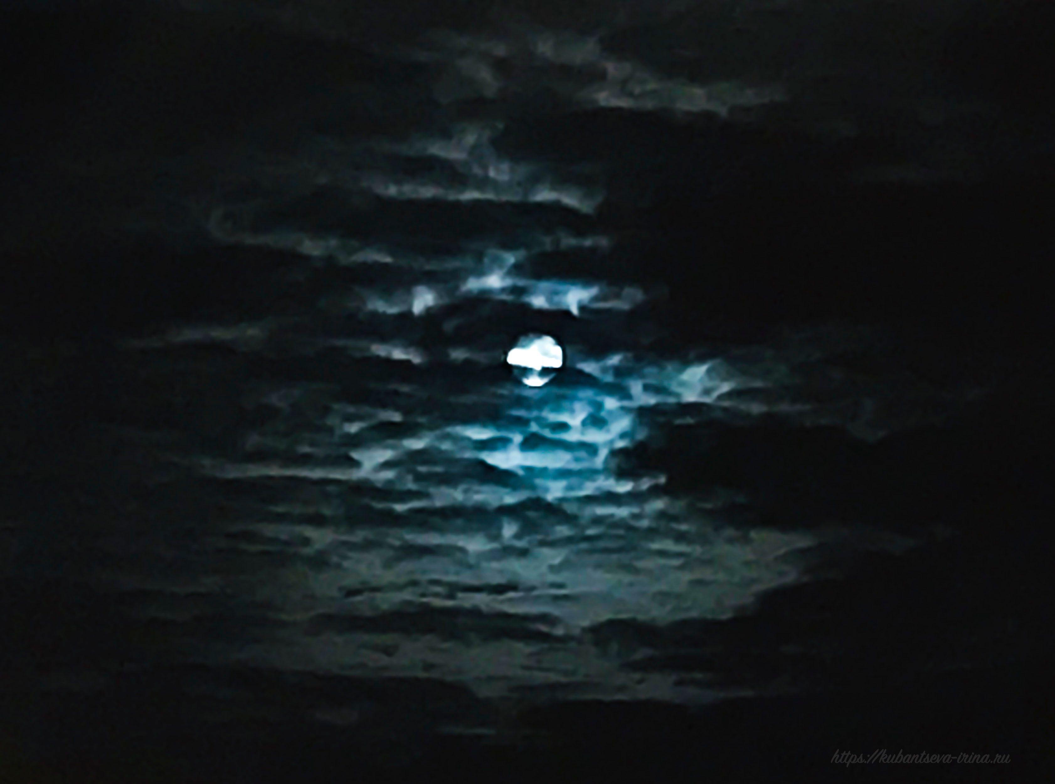 Луна среди облаков фото