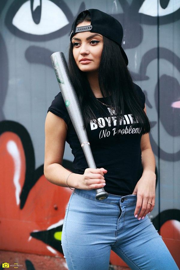 картинка девушка с битой