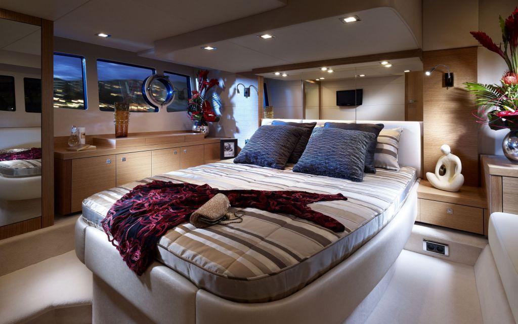 Interior_Cabin_on_a_yacht_032504_.jpg