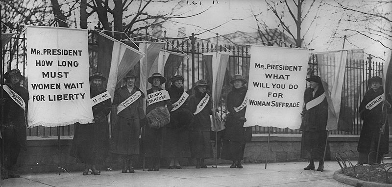 800px-Women_suffragists_picketing_in_front_of_the_White_house.jpg