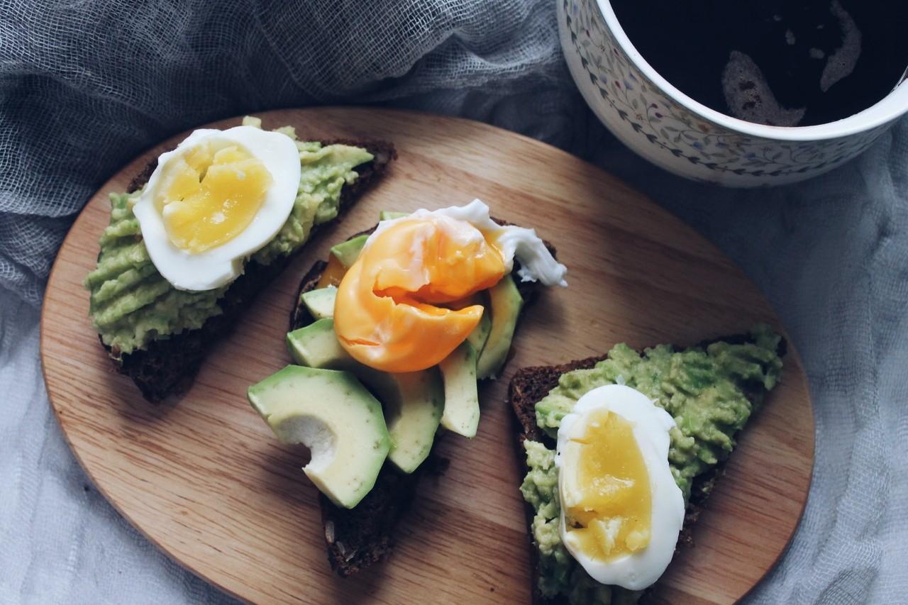 сніданок з авокадо