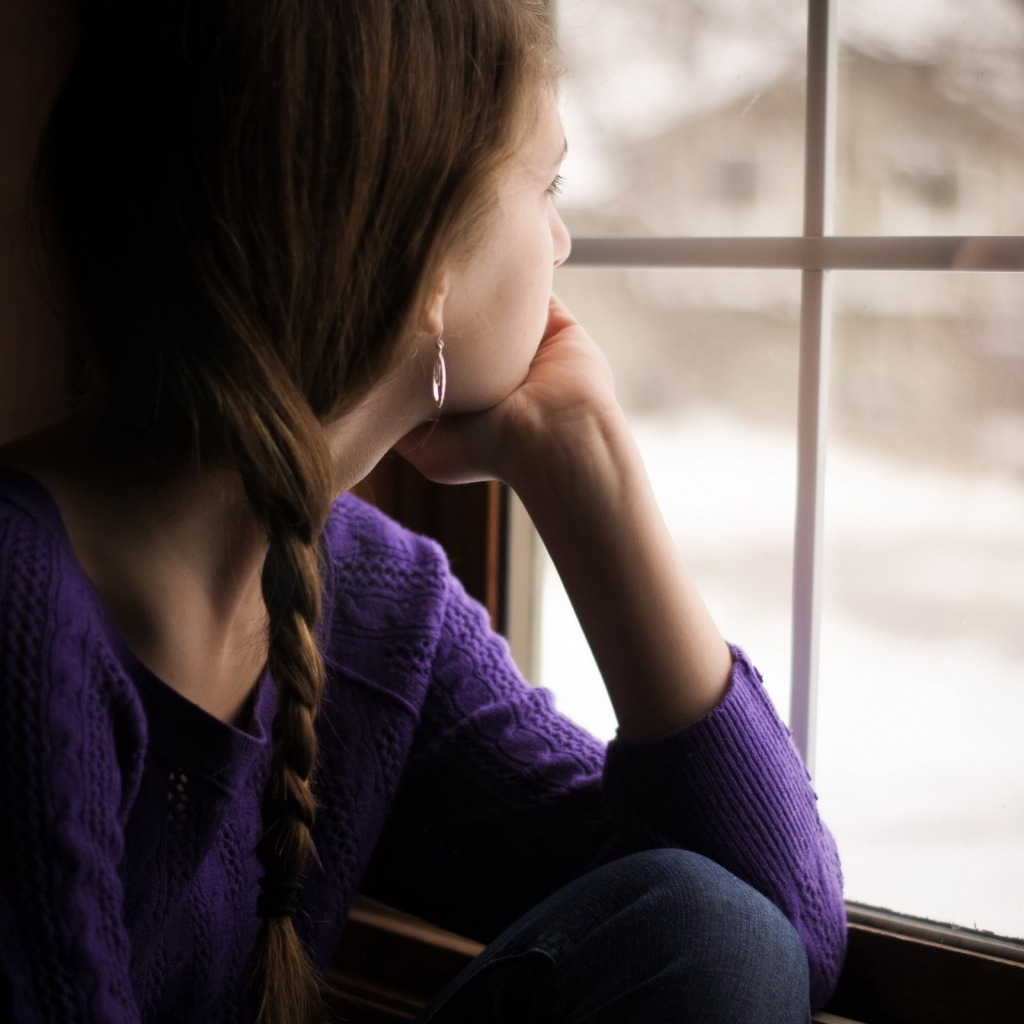 okno-devushka-smotrit-sneg-zima.jpg