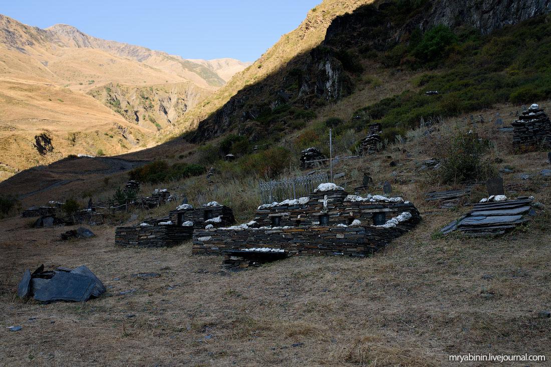 Старое горное кладбище на границе с Чечней