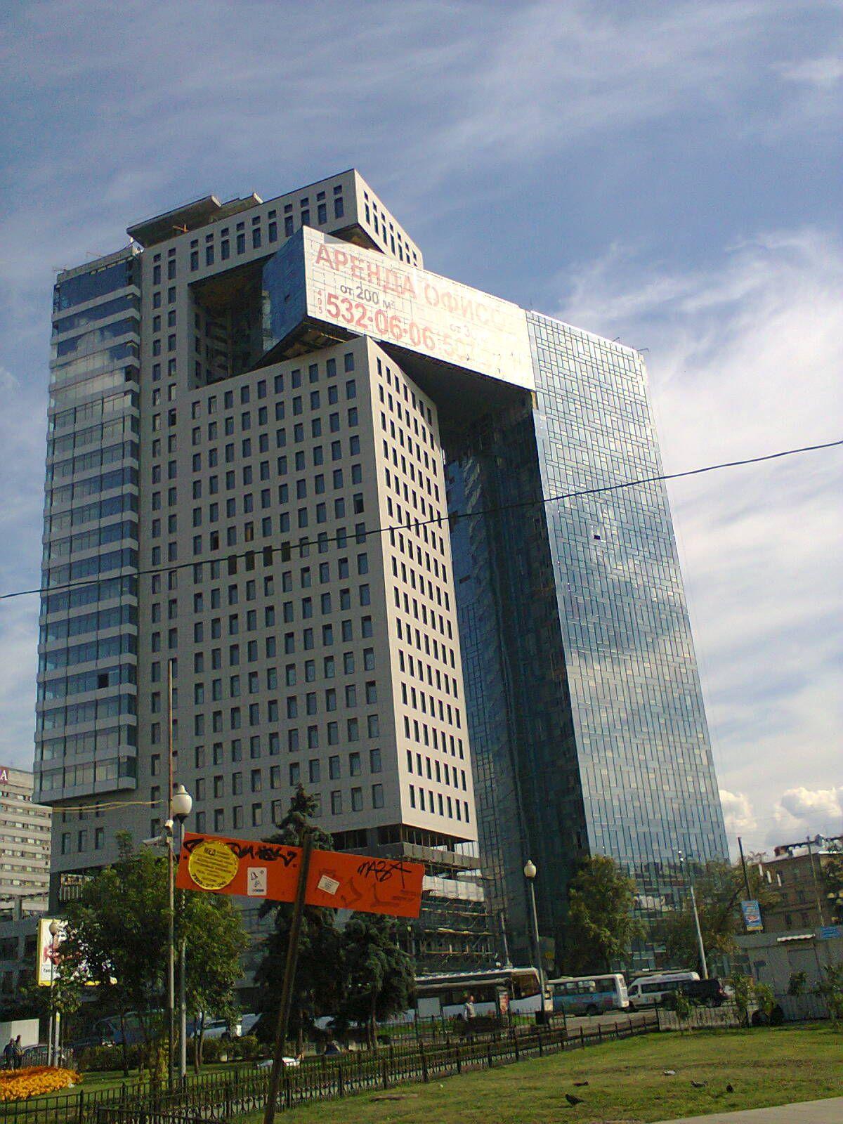 Здание возле станции электрички серп и молот не доезжая до Курского вокзала в Москве.jpg