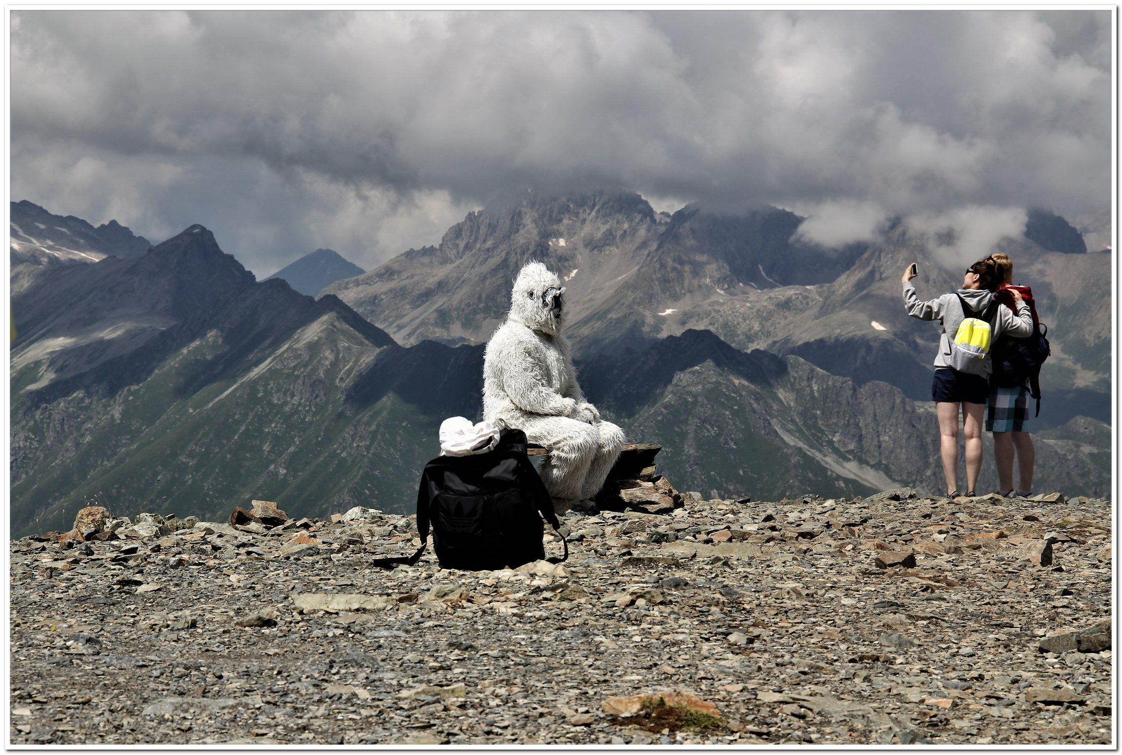 Редчайшая фотография снежного человека. Как видите снежный человек очень устал и присел отдохнуть на лавочку. Вот тут я его и заснял.