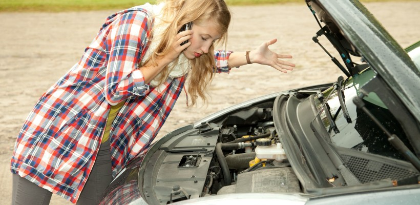 girl-over-car-broken-down-engine-on-phone-820x400.jpg