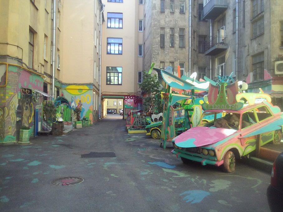 Граффити и философия. Креативный дворик в Питере.