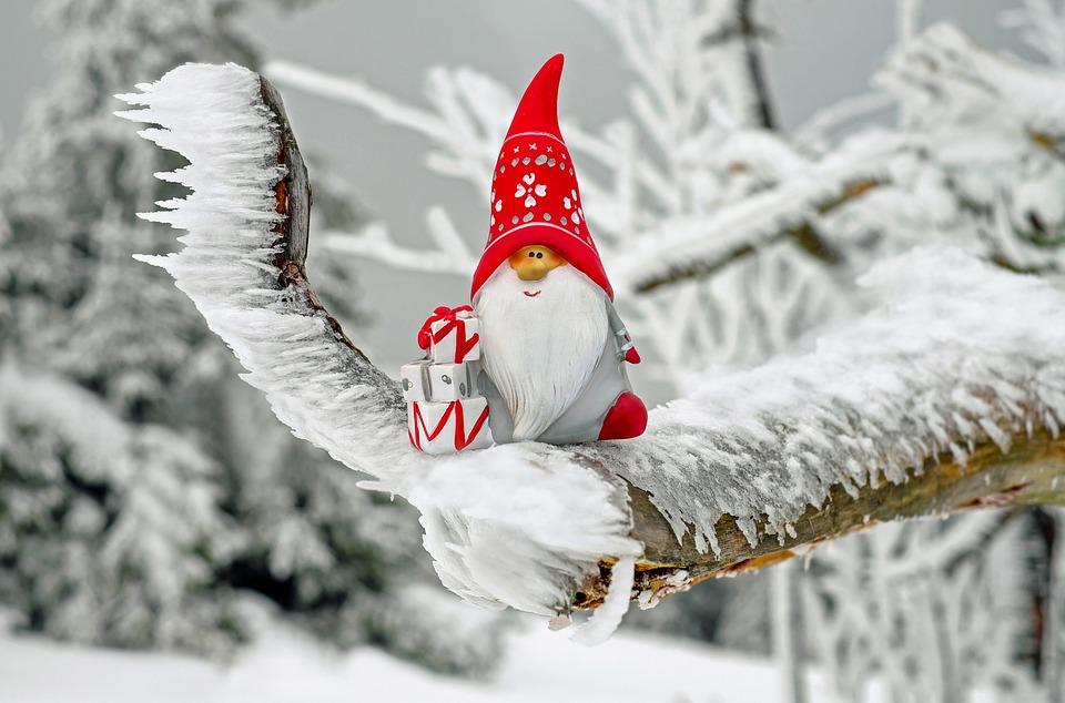 https://cdn.pixabay.com/photo/2016/11/12/22/42/santa-claus-1819933_960_720.jpg