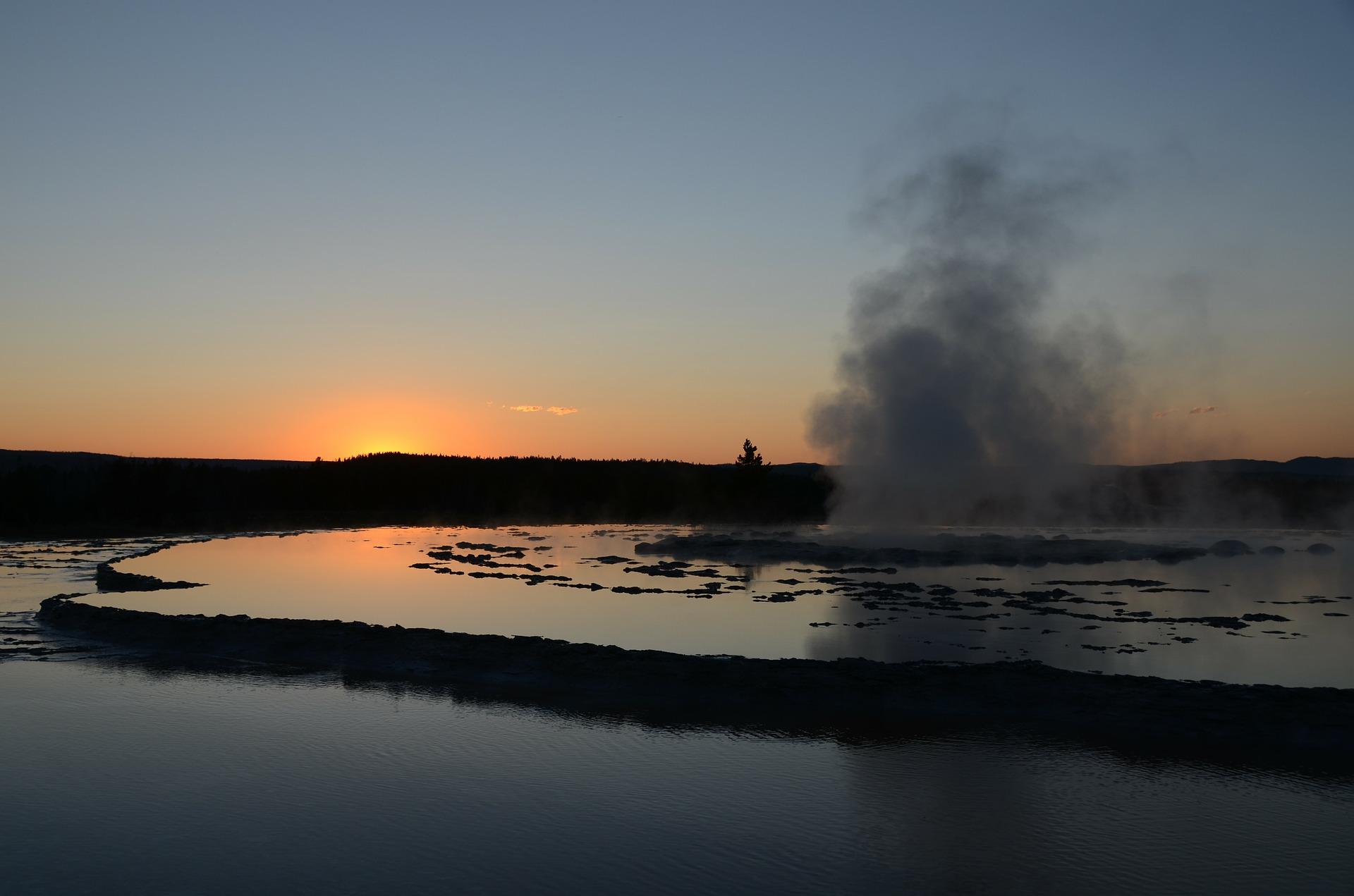 great-fountain-geyser-65782_1920.jpg