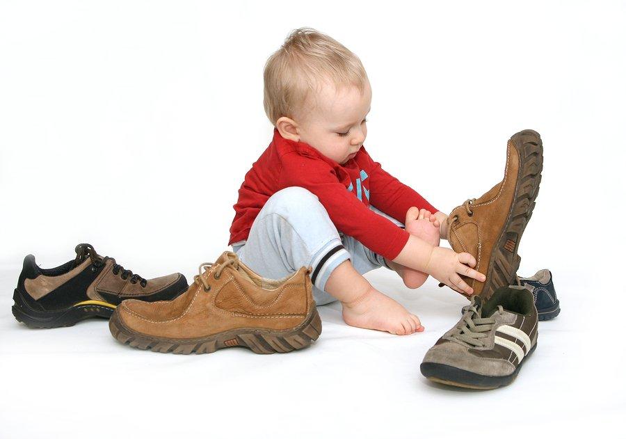 malysh-nadevaet-bolshuyu-obuv.jpg