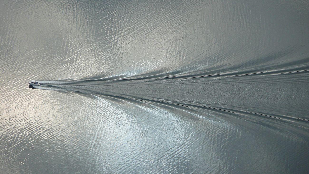 Fjordn_surface_wave_boat.jpg