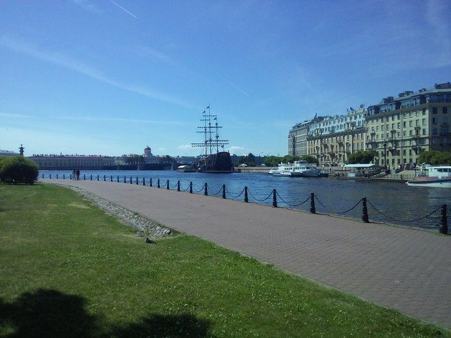 Прогулка вдоль Кронверкского пролива в Санкт-Петербурге.