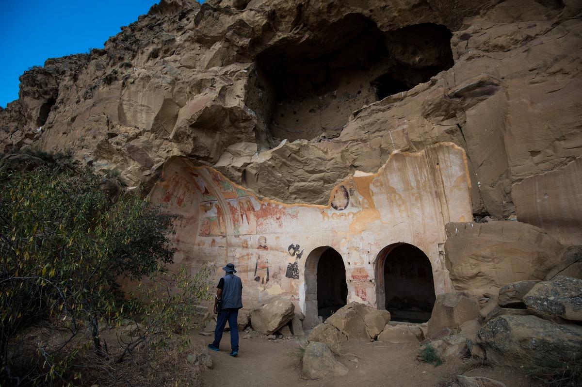 развалины пещерного монастыря фото появляются