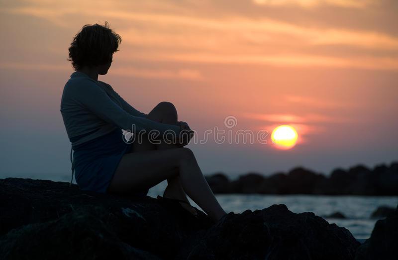 femme-regardant-coucher-du-soleil-21909316.jpg