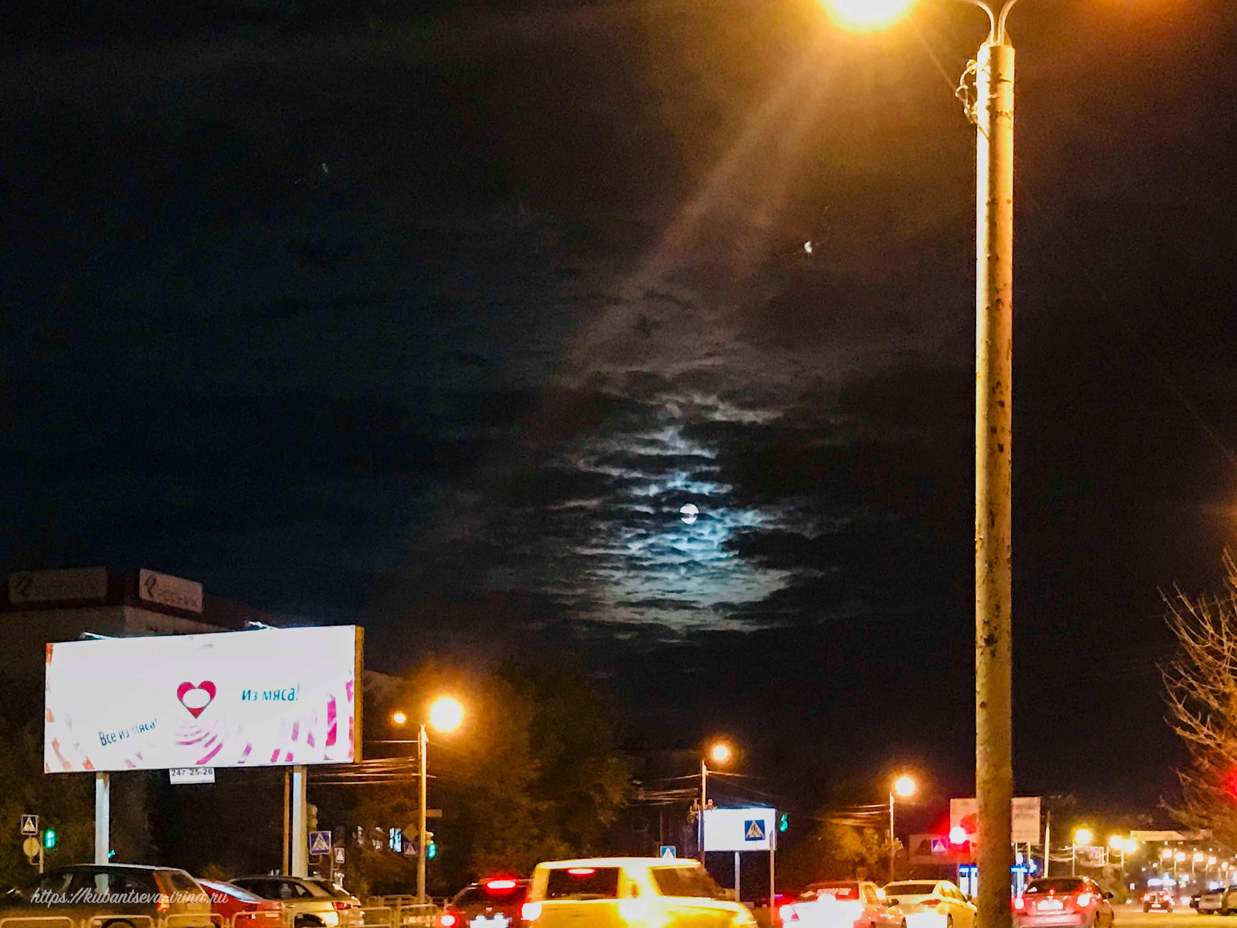 Луна сквозь свет фонарей фото