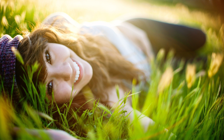 happy-girl-in-the-grass-girl-hd-wallpaper-2880x1800-38477.jpg
