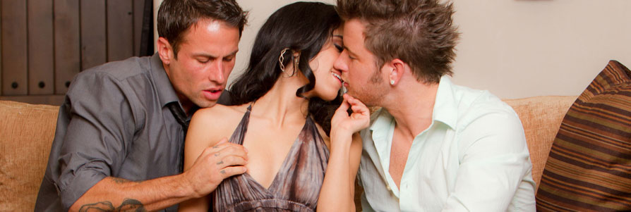 неоднократно кончает видео секс семьи втроем с другом красивый нежный фантазийный мастурбирует свою