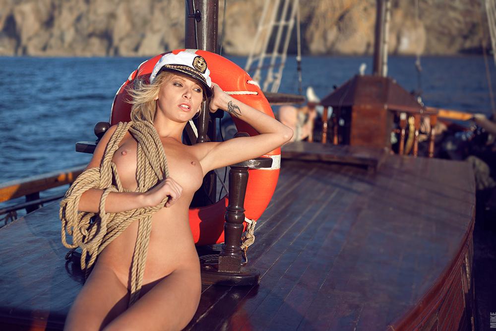 конце фильма голая девушка на корабле тела состоят